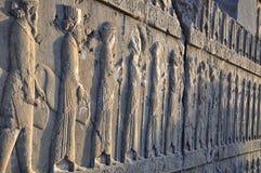Persans découpés sur le mur en pierre dans Persepolis Photos libres de droits