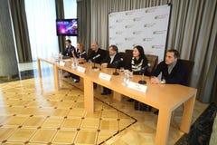 Persconferentie van kunstenaars en organisatoren van de grote presentatie van onze tijd stock afbeeldingen