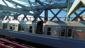 Persecución de un subterráneo de Manhattan en el puente de Williamsburg almacen de metraje de vídeo