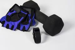 Perseguidor de la aptitud de la actividad con pesa de gimnasia y los guantes Fotos de archivo libres de regalías