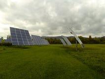 Perseguidores de Sun que proporcionan la energía para el negocio local de Nueva Inglaterra Fotografía de archivo