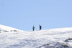 Perseguindo o pó na passagem de Loveland: Esquiadores do país traseiro que ganham suas voltas fotografia de stock