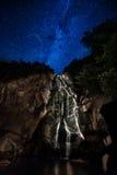 Perseid在瀑布的流星雨 库存图片
