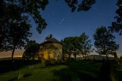 Perseids - Kirche von St Matthew lizenzfreies stockfoto