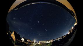 Perseids Meteorshower shooting stars Nad miastem Przy nocą zdjęcia royalty free