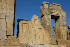 Persepolis es la capital del reino del Achaemenid vista de Ir?n Persia antigua Bajorrelieve en las paredes de edificios viejos imagenes de archivo