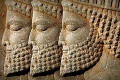 Persepolis est la capitale du royaume antique d'Achaemenid l'iran Perse antique Le bas-relief a découpé sur les murs de vieux bât image stock