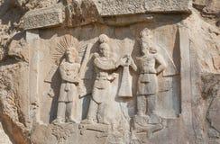 Perser gör till kung på stenlättnad av monumentet Taq-e Bostan i Iran Taq-e Bostan är vaggar lättnad från århundrade 4 royaltyfri bild