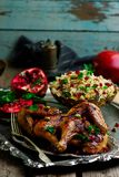 Perser Honey Glazed Chicken och prydde med ädelsten ris royaltyfri foto