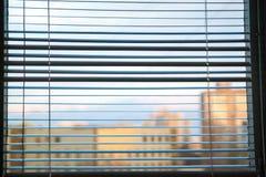 Persiana blanca en una ventana fotos de archivo