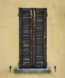 Persiana de madera vieja cerrada durante el día Imagen de archivo libre de regalías