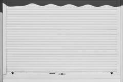 Persiana enrrollable blanca cerrada y bloqueada Fondo de la seguridad Fotos de archivo libres de regalías