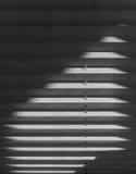 Persianas blancas de la tela de la ventana con la luz del sol, mañana Fotos de archivo libres de regalías