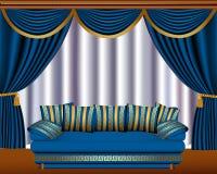 Persianas de ventana con el quiste y el sofá Foto de archivo libre de regalías