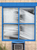 Persianas de ventana viejas torcidas imagen de archivo libre de regalías
