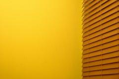 Persianas de ventana y pared amarilla Imagenes de archivo