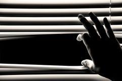Persianas de ventanas de apertura de la mano Imagen de archivo