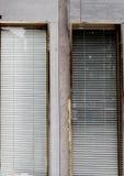 Persianas en la pared del cemento foto de archivo libre de regalías