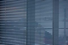 Persianas en la ventana Fondo de las persianas Rayas horizontales foto de archivo