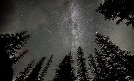 Persids meteorregn över Lake Louise Arkivbild