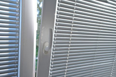 Persienner på fönster Arkivbilder