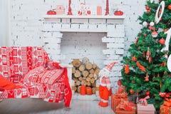 Persiga el collie con las decoraciones de la Navidad y del Año Nuevo Foto de archivo