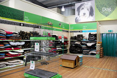 Persiga las cestas y los productos en un supermercado del animal doméstico Imágenes de archivo libres de regalías