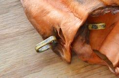 Persiga a vaca secada petisco da orelha com carne real do laço certamente na placa de madeira fotos de stock