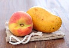 Persika och mango Arkivfoto