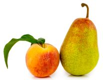 Persika och päron som isoleras på vit bakgrund royaltyfria bilder