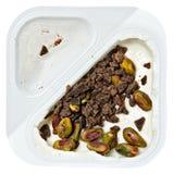 Persika smaksatt grekisk yoghurt med Pstachio och chokladstänk Royaltyfria Foton