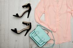 Persikablus, svarta skor, handväska trendigt begrepp spelrum med lampa Royaltyfri Bild