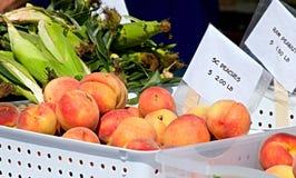 persikaförsäljning Royaltyfria Bilder