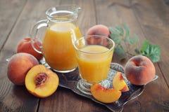 Persikafruktsaft arkivfoton