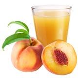 Persikafruktsaft med den mogna persikan Royaltyfri Bild