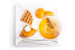Persikafruktsaft med syrligt royaltyfria foton