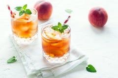 Persikan iced tea Royaltyfri Bild