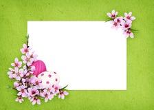 Persikariset och målade ägg tränga någon påskordning med en ca Fotografering för Bildbyråer