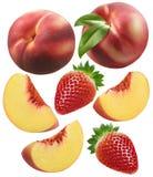 Persikaskivor och jordgubbeuppsättning som isoleras på vit bakgrund fotografering för bildbyråer