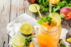 Persikasmoothie, fruktsaft eller lemonad fotografering för bildbyråer