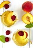 Persikavin och frukter på den vita trätabellen Royaltyfri Fotografi