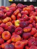 Persikor marknadsför organiskt Royaltyfria Bilder