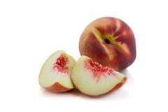 persikor Mogna nya persikor med halvan och skivan som isoleras på whit Royaltyfria Foton