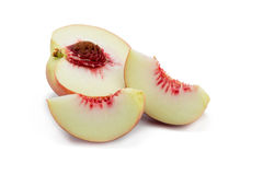 persikor Mogna nya persikor med halvan och skivan som isoleras på whit Royaltyfri Bild