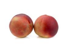 persikor Mogna nya persikor som isoleras på vit bakgrund Arkivbild