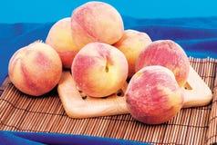 persikor några Arkivfoto