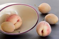 Persikor och gulingplommoner Royaltyfri Fotografi