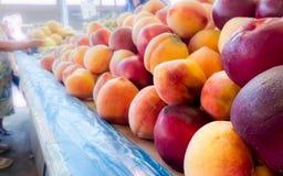 persikor på öppna marknaden arkivfoton