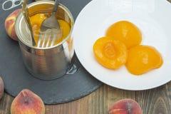 persikor på burk Arkivfoto