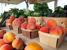 Persikor på fruktställningen Arkivbild